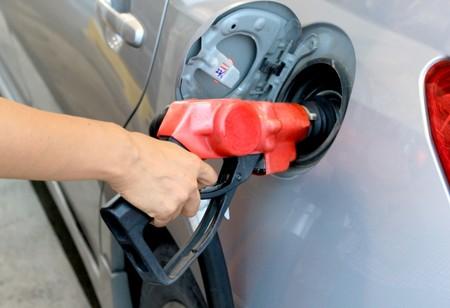 ガソリン給油する手